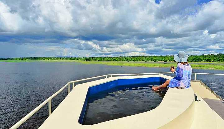 Zambezi Queen Houseboat | African Safari with Taga